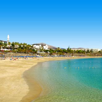 Zandstrand en blauwe zee in Playa Blanca, Lanzarote
