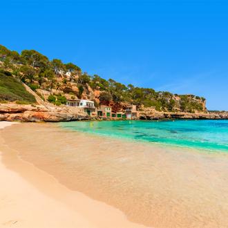 Het zandstrand en een prachtige baai in Cala Llombards, Mallorca