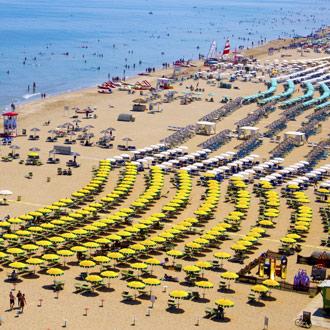 Het zandstrand van Rimini met parasols, ligbedden en zee