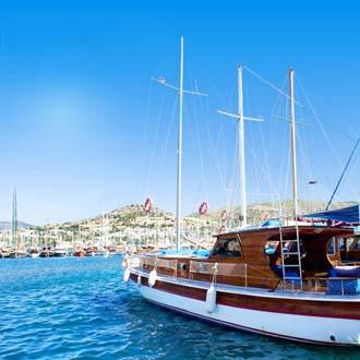 Boot in de zee van de Egeische Kust