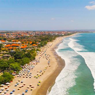 Uitzicht over het strand, de zee en de stad Kuta op Bali in Indonesie