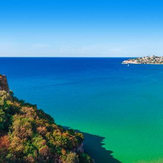 Panoramisch zee landschap met de stad Gaeta in Lazio
