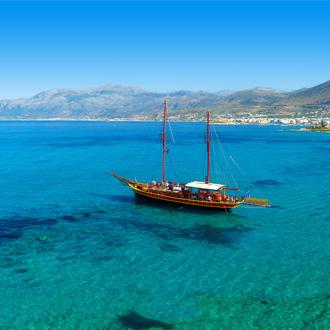Blauwe zee met boot in Sissi