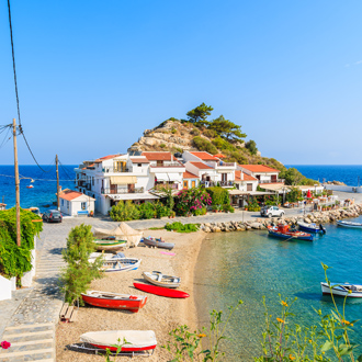Zicht op Kokkari vissersdorp met een prachtig strand op Samos