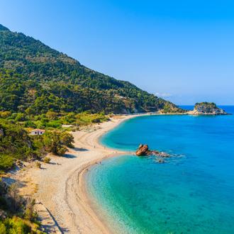 Zicht op Potami Beach met azuurblauwe zee op Samos