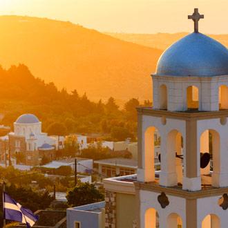 Zonsondergang bij de kerk van een Asfendiou-dorp op Kos