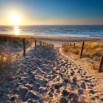 Zonsondergang bij het Noordzeestrand van Zandvoort