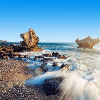De zee en rotsen in Agios Gordios