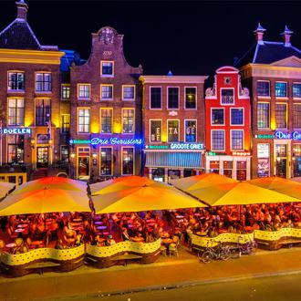 Het centrum van Groningen met cafe's in de avond