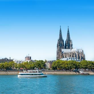 Uitzicht op de kerk en een boot in Keulen