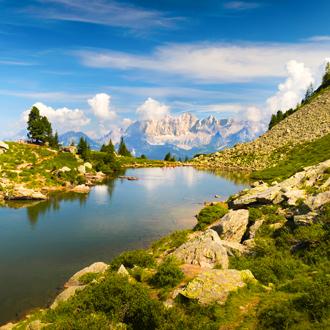 Foto van het mooie landschap met bergen en het meer in Reiteralm Stiermarken Oostenrijk