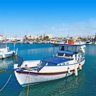 Een bootje op de haven van Amoudara