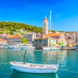 Haven van Brac met huisjes en een vissersbootje in Kroatie