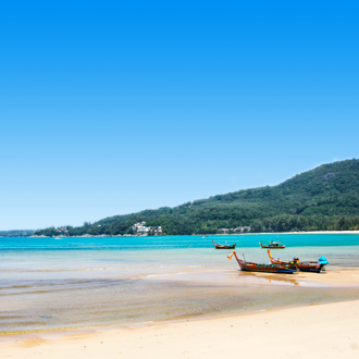Kamala Beach met bootjes op het strand
