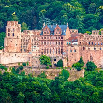 Kasteel Heidelberg, met groene heuvels.