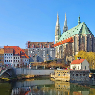 Kerk en brug in de stad Gorlitz in Sachsen