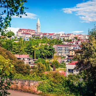 Stadje Vrsar en St Martin katholieke kerk, Istrië, Kroatië