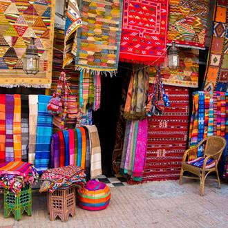 Kleurrijke stoffen op markt Agadir