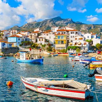 Kleurrijke vissersboten in Kokkari port, Samos