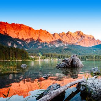 Het prachtige meer de Eibsee in het Beierse Woud in Duitsland