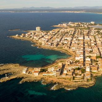 Panorama over de zee en de stad Colonia de Sant Jordi.
