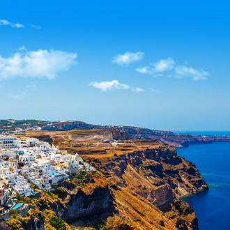 Panorama van de stad Fira, met bergen en blauwe zee
