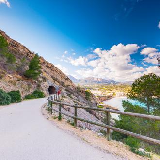 Een weg in het Sierra Helada park met uitzicht over de zee