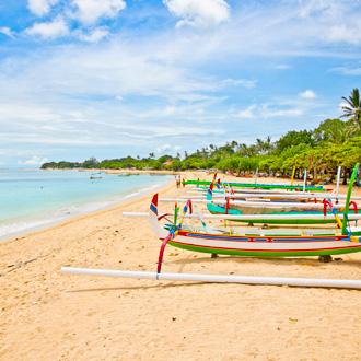 Prachtig tropisch strand met visserboten in Nusa Dua op Bali, Indonesie