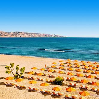Het zandstrand in Amoudara op het eiland Kreta