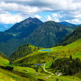 Uitzicht over een wandel en fietspad en Wildsee meer in Fieberbrunn