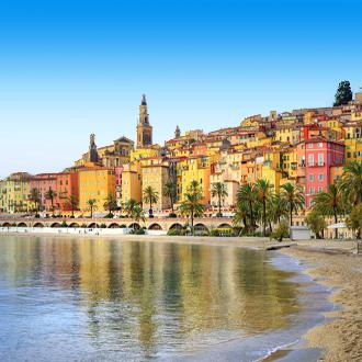 Zandstrand in de bruisende stad Nice in Frankrijk