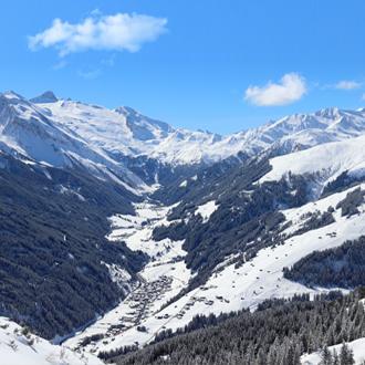 zicht op Mayrhofen in Tirol Oostenrijk