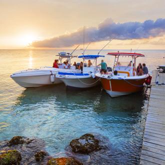 Aangemeerde bootjes, aan de pier van Jan Thiel Baai.
