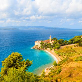 De kust van Brac met uitzicht op helderblauw water en het landschap in Kroatie