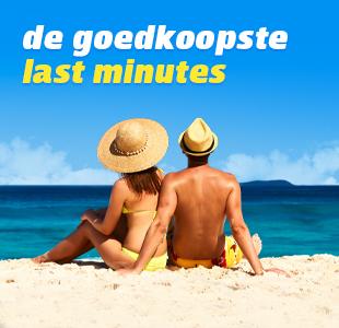 Twee mensen op een ligbedje op het strand genieten van een last minute vakantie