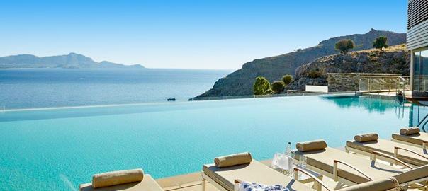 Luxe resort met ligbedden aan het zwembad en prachtig uitzicht