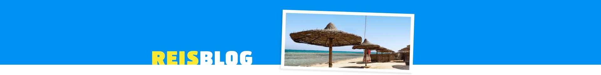 Strand met parasols in Egypte