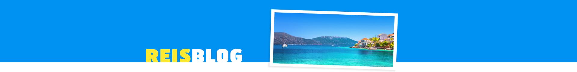 Grieks eiland, met azuurblauwe zee en een zeilboot. In de verte Griekse huisjes die uitkijken over de zee.