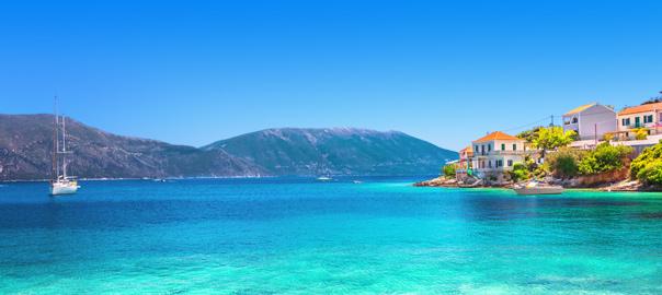 Helderblauwe zee aan de kust van de Griekse Eilanden
