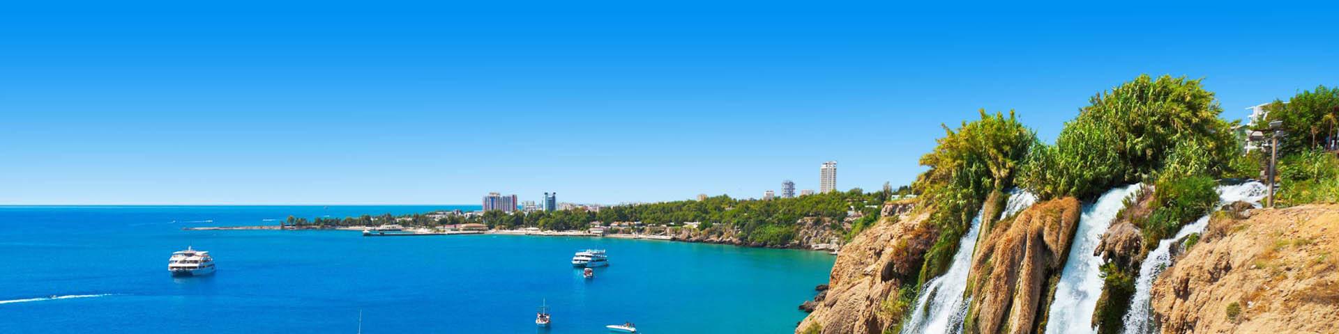 Uitzicht op de kustlijn en de watervallen bij Antalya in Turkije