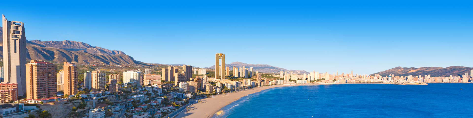 Uitzicht op het strand, de zee en de strip van Benidorm