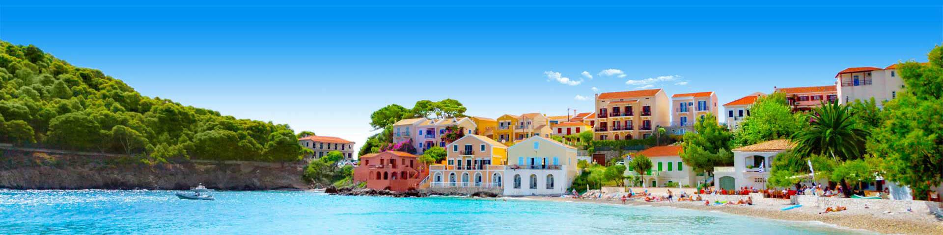 Traditionele, gekleurde huisjes aan de kust van Corfu in Griekenland