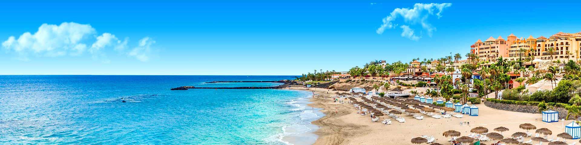 De blauwe zee en het strand in Costa Adeje