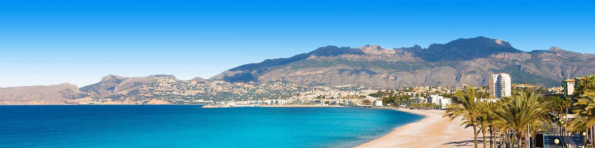 Kust met zee, strand en heuvels aan de Costa Blanca van Spanje