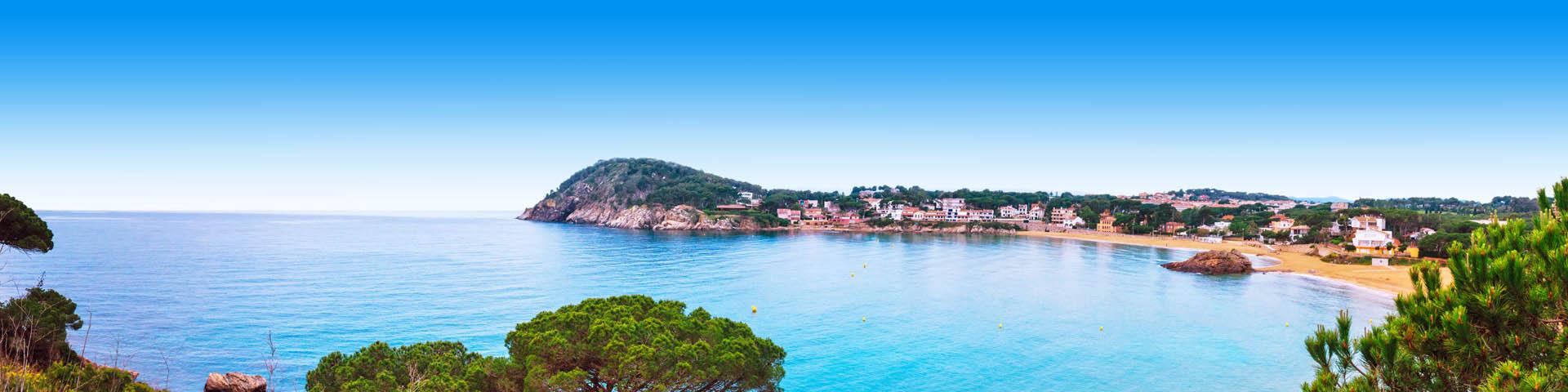 Kustlijn met zee en strand aan de Costa Brava van Spanje