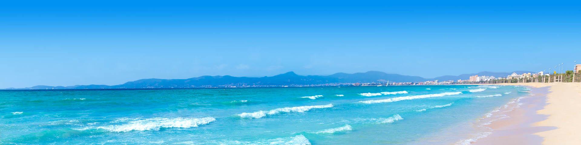 Ze helderblauwe zee bij El Arenal op het Spaanse eiland Mallorca