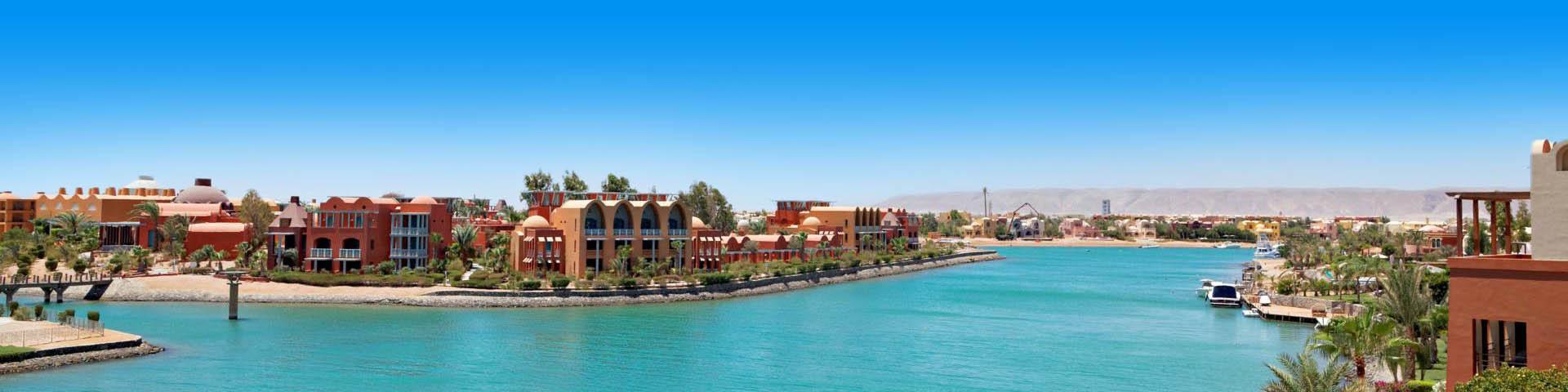 Uitzicht op de blauwe zee en hotels in El Gouna