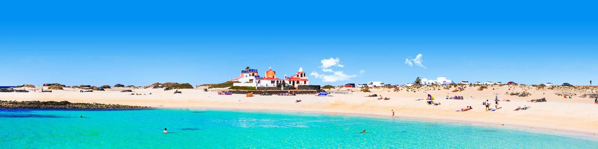 Prachtige, heldere turqoise zee met wit zandstrand op Fuerteventura