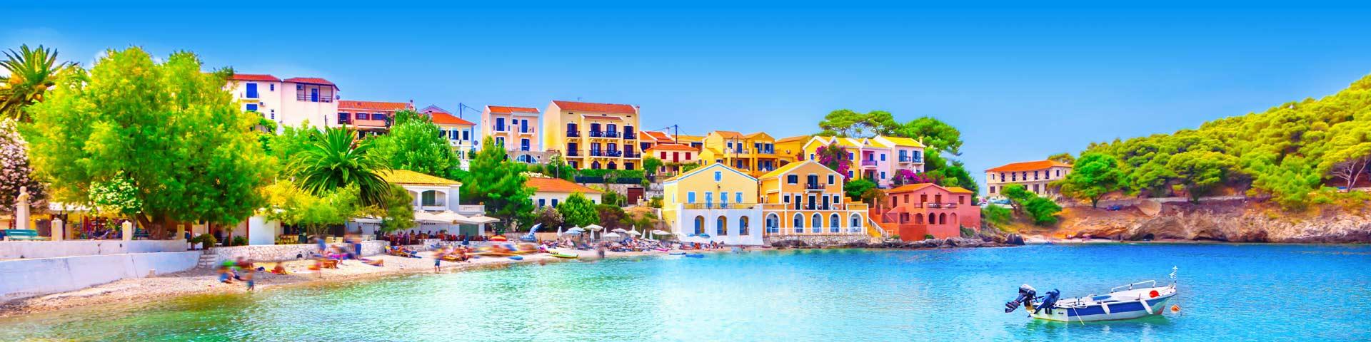 Kleurrijke huisjes aan de kust van Griekenland