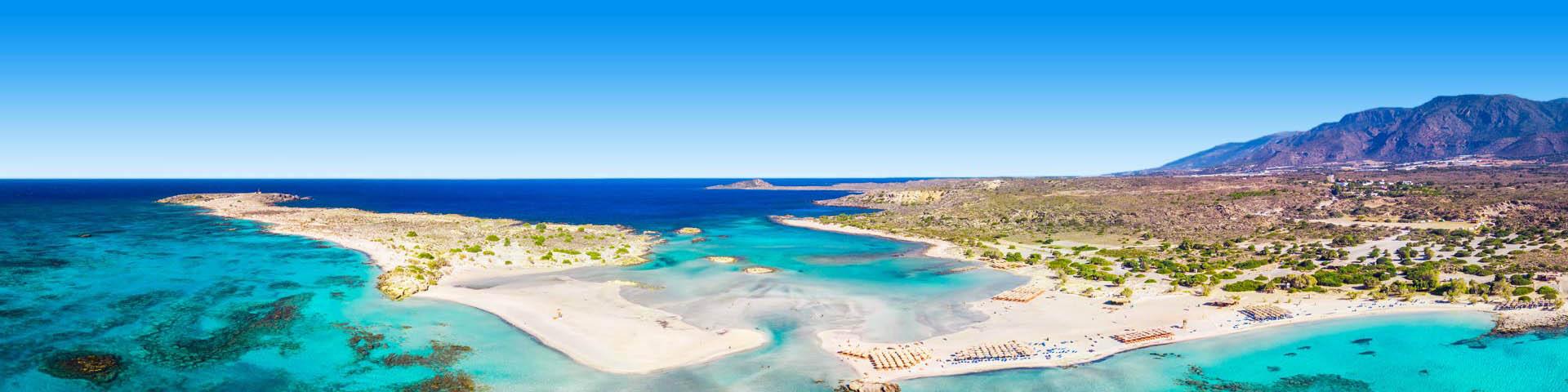 Uitzicht over helderblauwe baaitjes eindigend in de zee bij Kreta